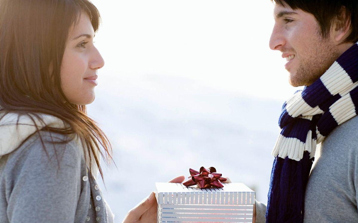 Девушка принимает подарки но не общается 47