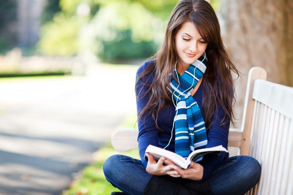 девушка читает книжку