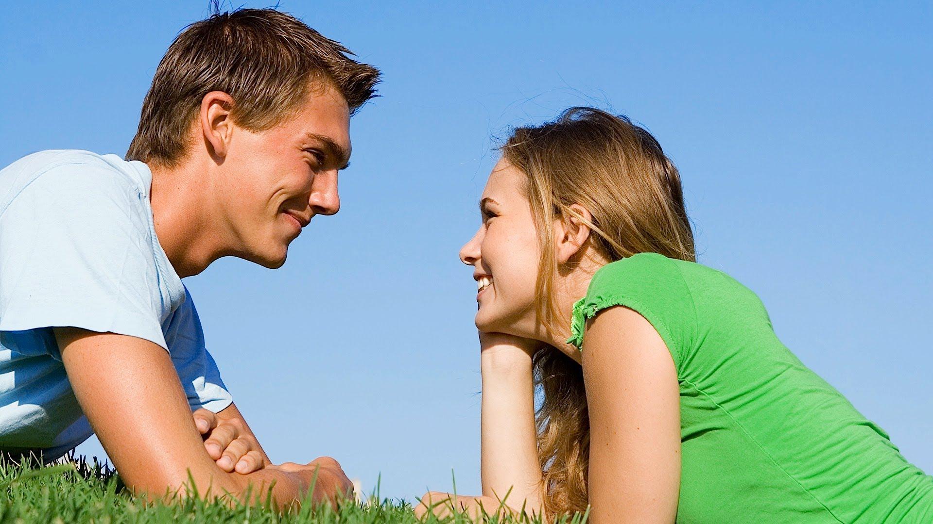 парень и девушка на траве